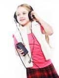 Tanzende Kopfhörermusik des kleinen Mädchens, die auf weißem Hintergrund singt Lizenzfreie Stockfotografie