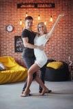 Tanzende lateinische Musik der jungen Paare: Bachata, merengue, Salsa Haltung der Eleganz zwei auf Café mit Backsteinmauern Stockfoto