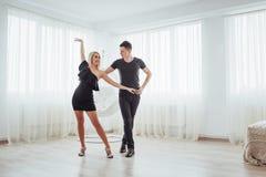 Tanzende lateinische Musik der jungen Paare: Bachata, merengue, Salsa Haltung der Eleganz zwei auf Reinraum Stockbilder