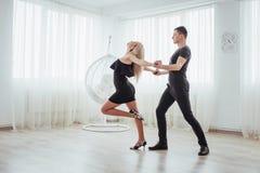 Tanzende lateinische Musik der jungen Paare: Bachata, merengue, Salsa Haltung der Eleganz zwei auf Reinraum Lizenzfreie Stockbilder