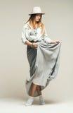 Tanzende schöne blonde Frau im Kleider- und Denimhemd Lizenzfreies Stockbild