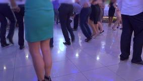 Tanzende Tricks im Gelb stock video