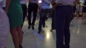Tanzende Tricks im Gelb stock video footage