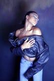 Tanzender JugendAfroamerikaner/schwarzes Mädchen, das weg von ihrer Jacke entfernt Stockbilder
