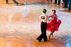 Tanzender lateinischer Tanz der Paare Lizenzfreie Stockbilder