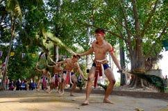 Tanzender Pfau thailändischer Leute Phu versieht phu thailändische Art für Show mit Federn Stockfotos