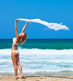 Tanzendes glückliches Mädchen auf dem Strand Stockfotografie