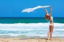 Tanzendes glückliches Mädchen auf dem Strand Stockfoto