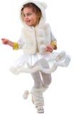 Tanzendes junges Mädchen im Pelz-Kostüm. Stockfotografie