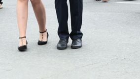 Tanzenfüße einiger junger Leute, Tanzen in den Paaren Etwas Tanzenbewegungen stock footage