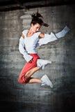 Tanzenfrau mit dem glücklichen Gesichtsausdruck, der oben springt Stockbild