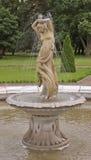 Tanzenfrauenstatue im Brunnen Lizenzfreie Stockfotos