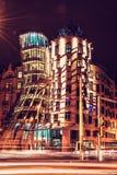 Tanzenhaus mit Verkehr in Prag, roter Filter stockbild