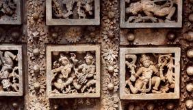 Tanzenleute auf Skulpturdecken des hindischen Tempels Hoysaleswara mit fantastischen Carvings Hoysala-Reich, Indien Lizenzfreie Stockbilder