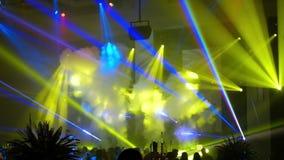 Tanzenleute unscharf Laser, Rauch und helles Video der Show HD stock video footage