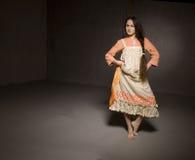 Tanzenmädchen im ethnischen Kleid Stockfotos