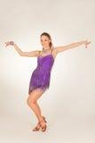 Tanzenmädchen im kurzen Kleid Lizenzfreies Stockfoto