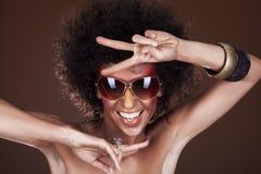 Tanzenmädchen mit dem Afrohaar Lizenzfreies Stockfoto
