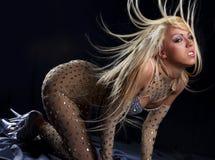 Tanzenmädchen mit dem großen fly-away Haar Stockfoto