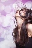 Tanzenpartyfrau mit dem Haar in der Bewegung Lizenzfreie Stockfotografie