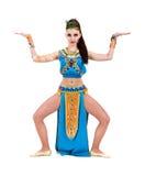 Tanzenpharaofrau, die ein ägyptisches Kostüm trägt. Stockfotografie