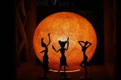 Tanzenschattenbilder in der Dunkelheit Stockfotografie