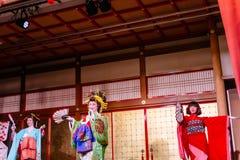 Tanzenschauspielerinnen von Oiran zeigen Geschichtsden freizeitpark Geisha-Showat Noboribetsu Dates Judaimura, der Edo Period her Lizenzfreie Stockbilder