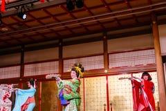 Tanzenschauspielerinnen von Oiran zeigen Geschichtsden freizeitpark Geisha-Showat Noboribetsu Dates Judaimura, der Edo Period her Stockfotos