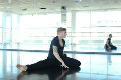 Tanzentrainer, der Aufwärmen am Studio tut Stockfotografie