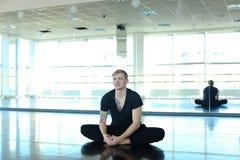 Tanzentrainer, der Aufwärmen am Studio tut Lizenzfreie Stockfotos