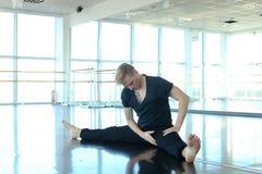 Tanzentrainer, der Aufwärmen am Studio tut Stockbild