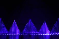 Tanzenwasserbrunnenshow Lizenzfreies Stockfoto