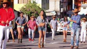 Tanzgruppe auf den Straßen von Banos während des 100. Jahrestages von Sagrado Corazon School stock video footage