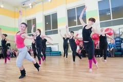 Tanzklasse für Frauenunschärfehintergrund stockfotos