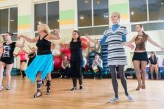 Tanzklasse für Frauenunschärfehintergrund Lizenzfreie Stockbilder