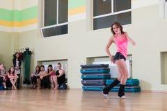 Tanzklasse für Frauenunschärfehintergrund Stockbilder
