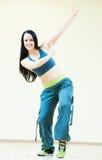 Tanzlehrer, der Tanzenübungen tut Stockfotos