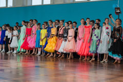 Tanzpaare vor der IDSA-Meisterschaft Kinezis spielen die Hauptrolle Lizenzfreies Stockbild