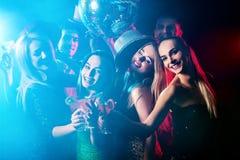 Tanzparty mit überzeugtem Alpha-Männchen-Tanzen und Discoball Stockbilder