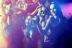 Tanzparty mit dem Gruppenleutetanzen und -cocktail Stockfoto