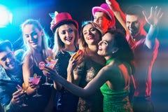 Tanzparty mit dem Gruppenleutetanzen und -cocktail Lizenzfreie Stockfotos