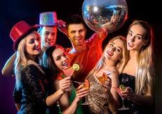 Tanzparty mit den tanzenden Gruppenleuten und Discoball Lizenzfreie Stockfotografie