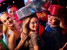Tanzparty mit den tanzenden Gruppenleuten und Discoball Stockfotografie
