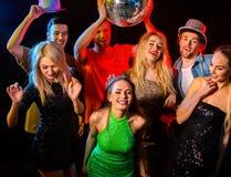 Tanzparty mit den tanzenden Gruppenleuten und Discoball Stockbild
