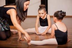 Tanzstudenten und -lehrer in der Klasse Stockbilder