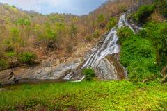 Tao Dam-waterval, de mooie waterval in diep bos bij het nationale park van Klong Wang Chao, Kamphaeng Phet, Thailand stock foto's
