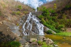 Tao Dam-waterval, de mooie waterval in diep bos bij het nationale park van Klong Wang Chao, Kamphaeng Phet, Thailand royalty-vrije stock fotografie