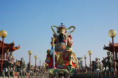 Taoistyczna bóg statua przy Lotosowym jeziorem Zdjęcia Stock