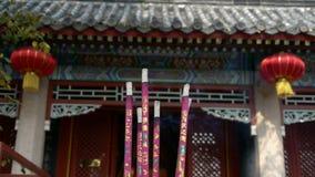 Taoistyczne statuy Buddha w drzwi, Pali kadzidłowy w Kadzidłowym palniku, czerwony lampion, wiatr dym zbiory