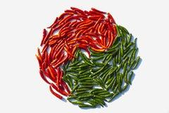 Taoizmu symbolu formy zieleni i czerwieni chili Zdjęcia Stock